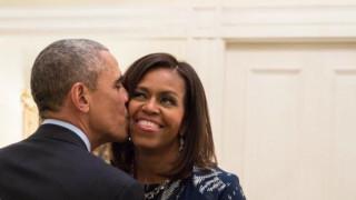 Το τρυφερό φιλί του Μπάρακ Ομπάμα στην Μισέλ και η χριστουγεννιάτικη ευχή