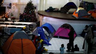 Μετανάστες «κολλημένοι» στα σύνορα γιορτάζουν τα Χριστούγεννα περιμένοντας το «αμερικανικό όνειρο»