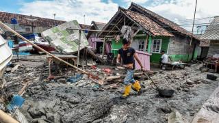 Ανατριχιαστικό και απάνθρωπο: Ινδονήσιες βγάζουν selfie με φόντο τα πτώματα από το τσουνάμι