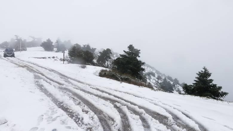 Έκλεισε για τη νύχτα η λεωφόρος Πάρνηθας λόγω χιονόπτωσης