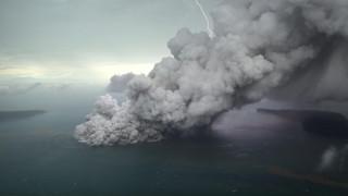 Ινδονησία: Κίνδυνος για τα αεροπλάνα από την ηφαιστειακή τέφρα του Άνακ Κρακατάου