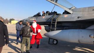 Με αεροσκάφος της Πολεμικής Αεροπορίας προσγειώθηκε ο... Άγιος Βασίλης στη Λάρισα