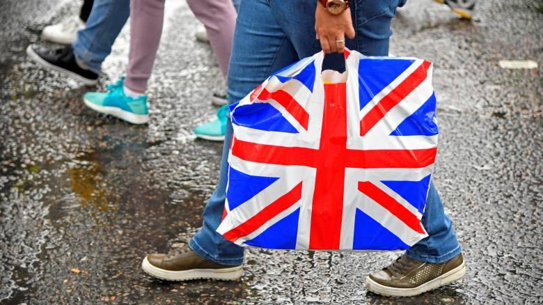 Η Βρετανία θέλει να διπλασιάσει το τέλος στις πλαστικές σακούλες