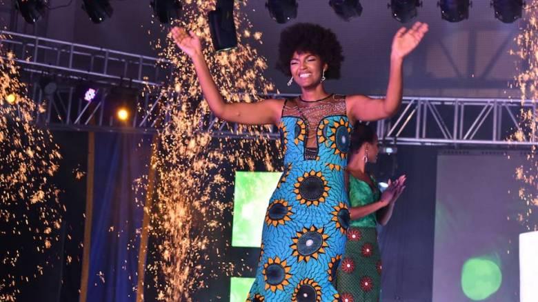 Μία σπίθα έφερε τα πάνω κάτω στα καλλιστεία Αφρικής: Η νικήτρια πήρε... φωτιά επί σκηνής