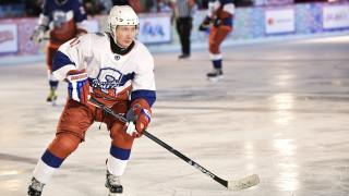 Ο Πούτιν έβαλε τα παγοπέδιλά του και έπαιξε χόκεϊ στην Κόκκινη Πλατεία