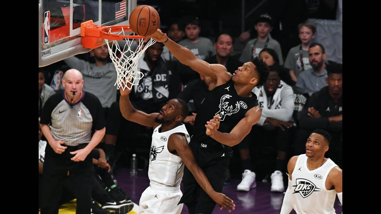 https://cdn.cnngreece.gr/media/news/2019/01/01/160285/photos/snapshot/2018-02-19T022821Z_551739581_NOCID_RTRMADP_3_NBA-ALL-STAR-GAME-TEAM-LEBRON-AT-TEAM-STEPHEN.JPG