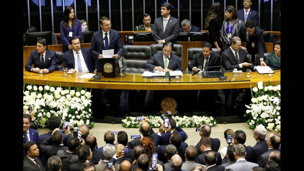 https://cdn.cnngreece.gr/media/news/2019/01/01/160309/photos/snapshot/2019-01-01T181419Z_1068675929_RC17D6CC2530_RTRMADP_3_BRAZIL-POLITICS.jpg