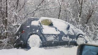 Κακοκαιρία: Εκτός δρόμου αυτοκίνητα στα Φάρσαλα λόγω της χιονόπτωσης