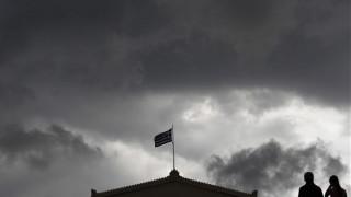 Πυκνώνουν τα «σύννεφα» για την ελληνική οικονομία