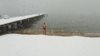 Θαρραλέος κολυμβητής βούτηξε... στα παγωμένα νερά της Χαλκιδικής