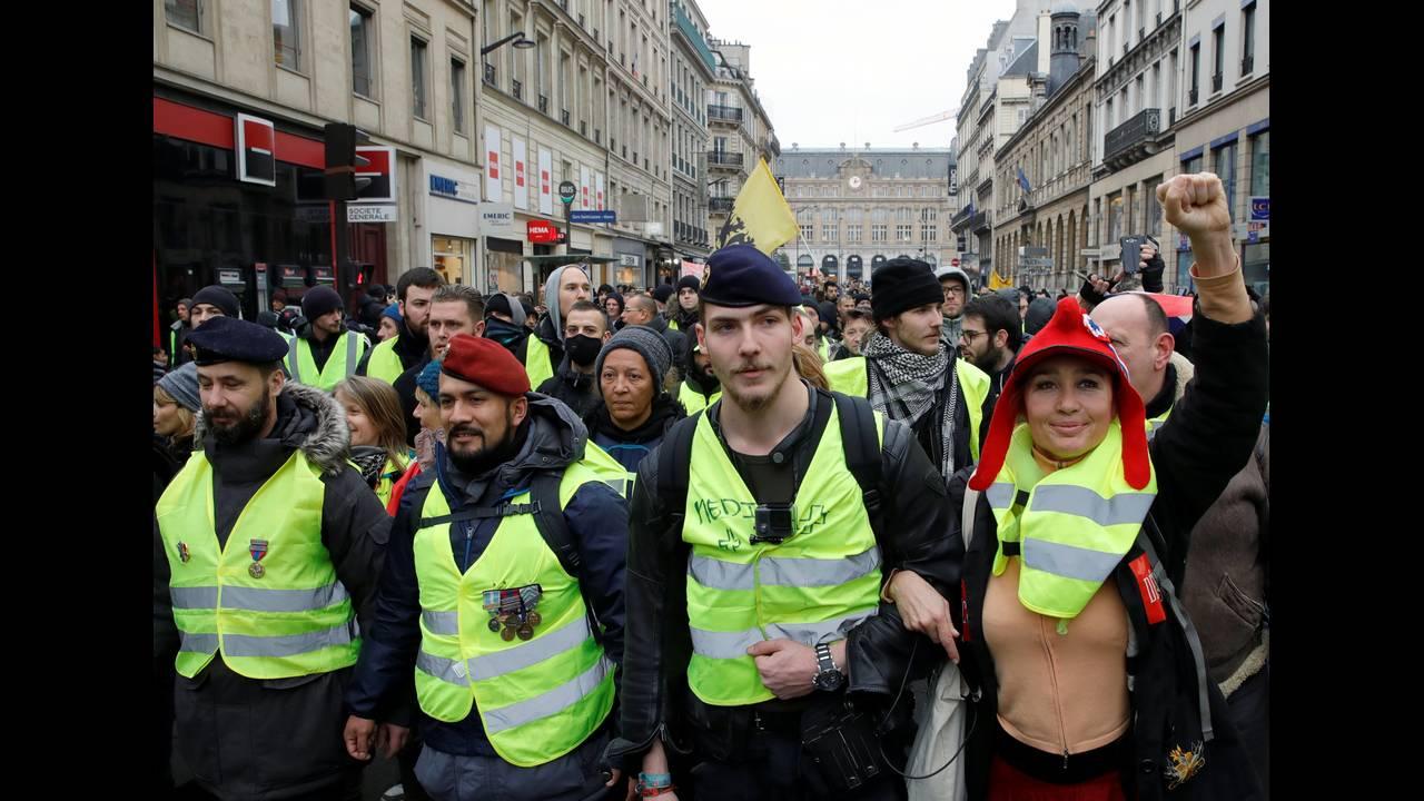 https://cdn.cnngreece.gr/media/news/2019/01/05/160732/photos/snapshot/2019-01-05T113135Z_106291992_RC1C24F038C0_RTRMADP_3_FRANCE-PROTESTS-1.JPG