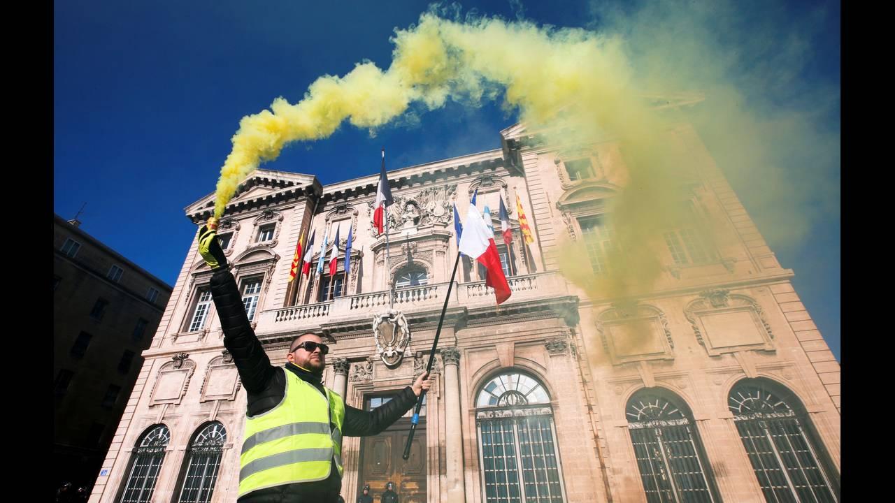 https://cdn.cnngreece.gr/media/news/2019/01/05/160732/photos/snapshot/2019-01-05T132013Z_56868064_RC1AF1799300_RTRMADP_3_FRANCE-PROTESTS.JPG
