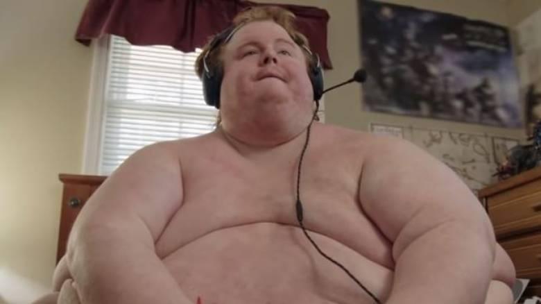 «Θα τρώω μέχρι να πεθάνω»: Ζυγίζει 300 κιλά, τρώει μόνο τζανκ φουντ και παίζει video games γυμνός!