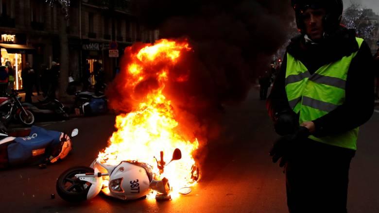 Στις φλόγες ξανά το Παρίσι: Δακρυγόνα και συγκρούσεις μεταξύ «κίτρινων γιλέκων» και αστυνομίας