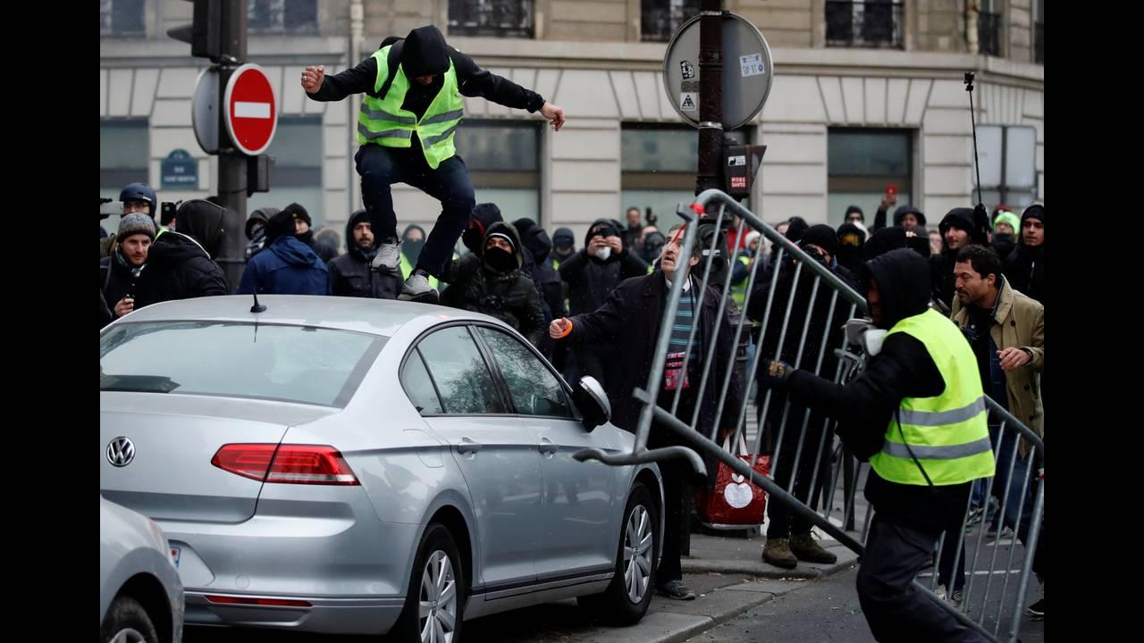 https://cdn.cnngreece.gr/media/news/2019/01/05/160760/photos/snapshot/2019-01-05T131104Z_1510842348_RC17F5F19F90_RTRMADP_3_FRANCE-PROTESTS.JPG