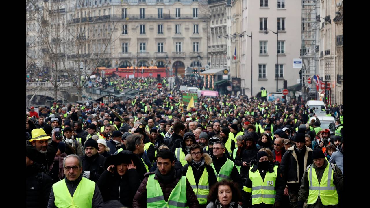https://cdn.cnngreece.gr/media/news/2019/01/05/160760/photos/snapshot/2019-01-05T134255Z_261185753_RC14076E2440_RTRMADP_3_FRANCE-PROTESTS.JPG