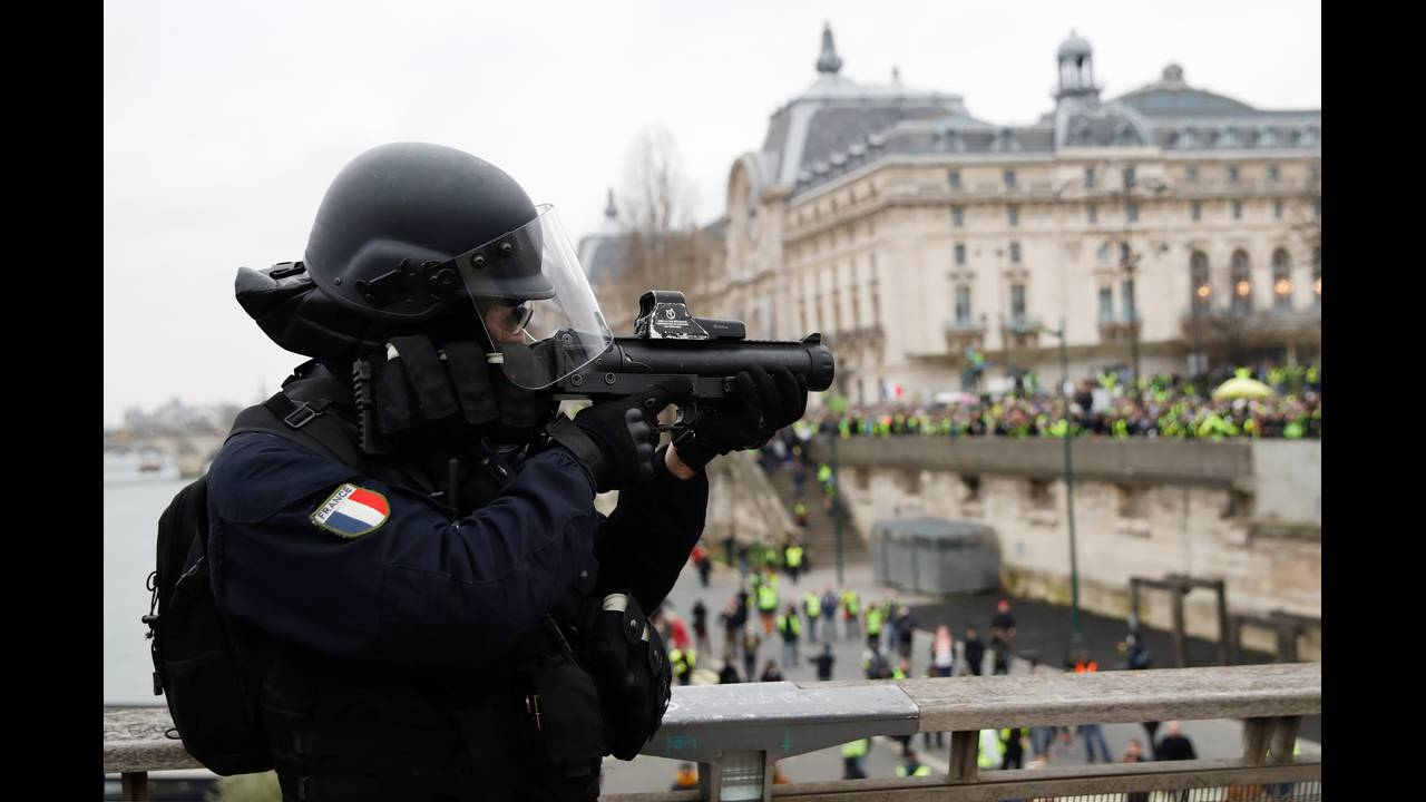 https://cdn.cnngreece.gr/media/news/2019/01/05/160760/photos/snapshot/2019-01-05T142255Z_579003490_RC1BAB425DB0_RTRMADP_3_FRANCE-PROTESTS.JPG