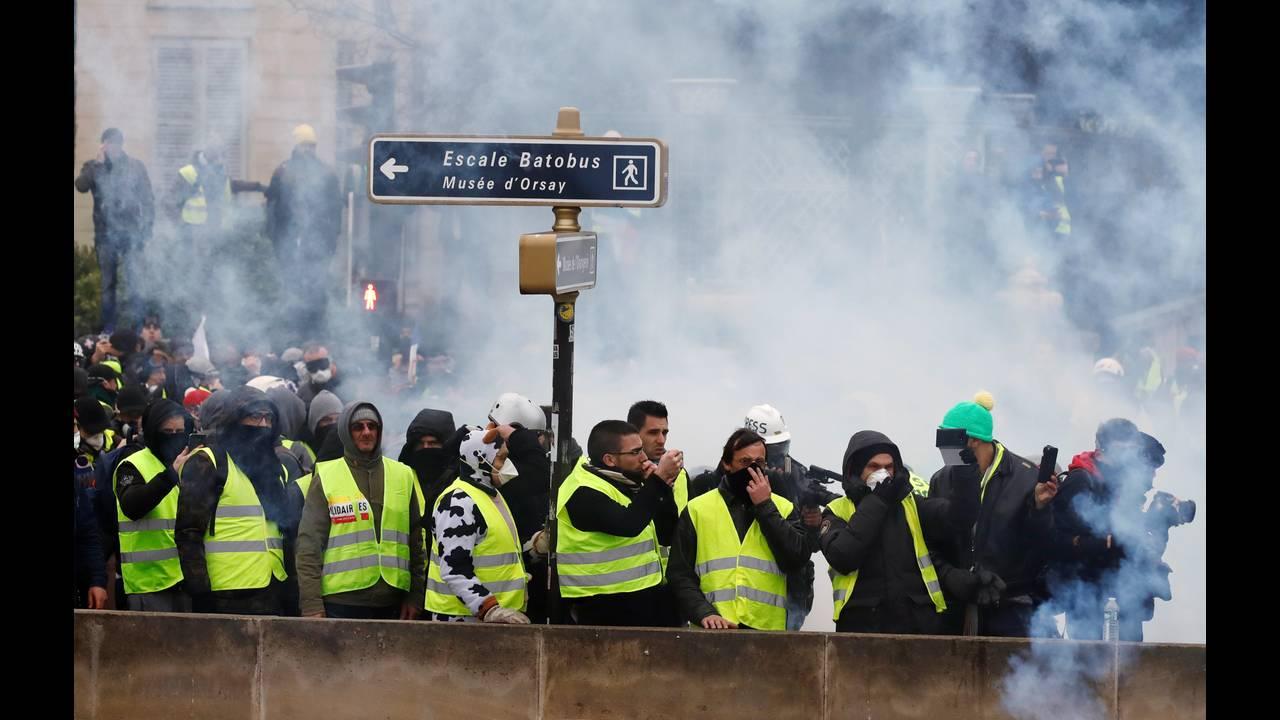 https://cdn.cnngreece.gr/media/news/2019/01/05/160760/photos/snapshot/2019-01-05T142451Z_875070012_RC1C66346E30_RTRMADP_3_FRANCE-PROTESTS.JPG