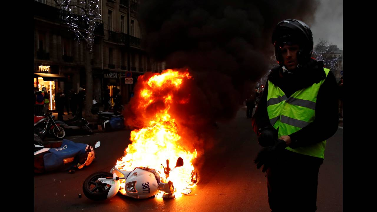 https://cdn.cnngreece.gr/media/news/2019/01/05/160760/photos/snapshot/2019-01-05T155403Z_1952820904_RC190458CB20_RTRMADP_3_FRANCE-PROTESTS.JPG