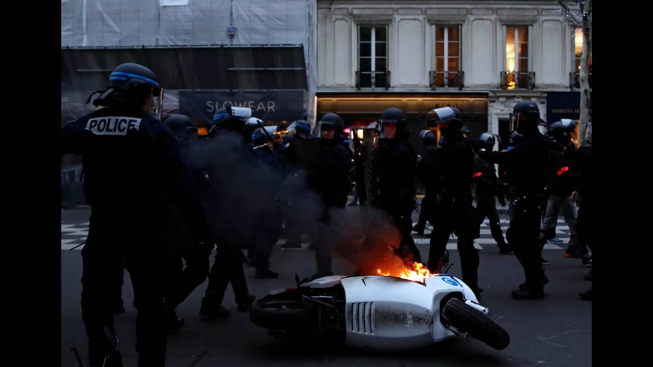 https://cdn.cnngreece.gr/media/news/2019/01/05/160760/photos/snapshot/2019-01-05T155406Z_1118667431_RC1910AAB760_RTRMADP_3_FRANCE-PROTESTS.JPG