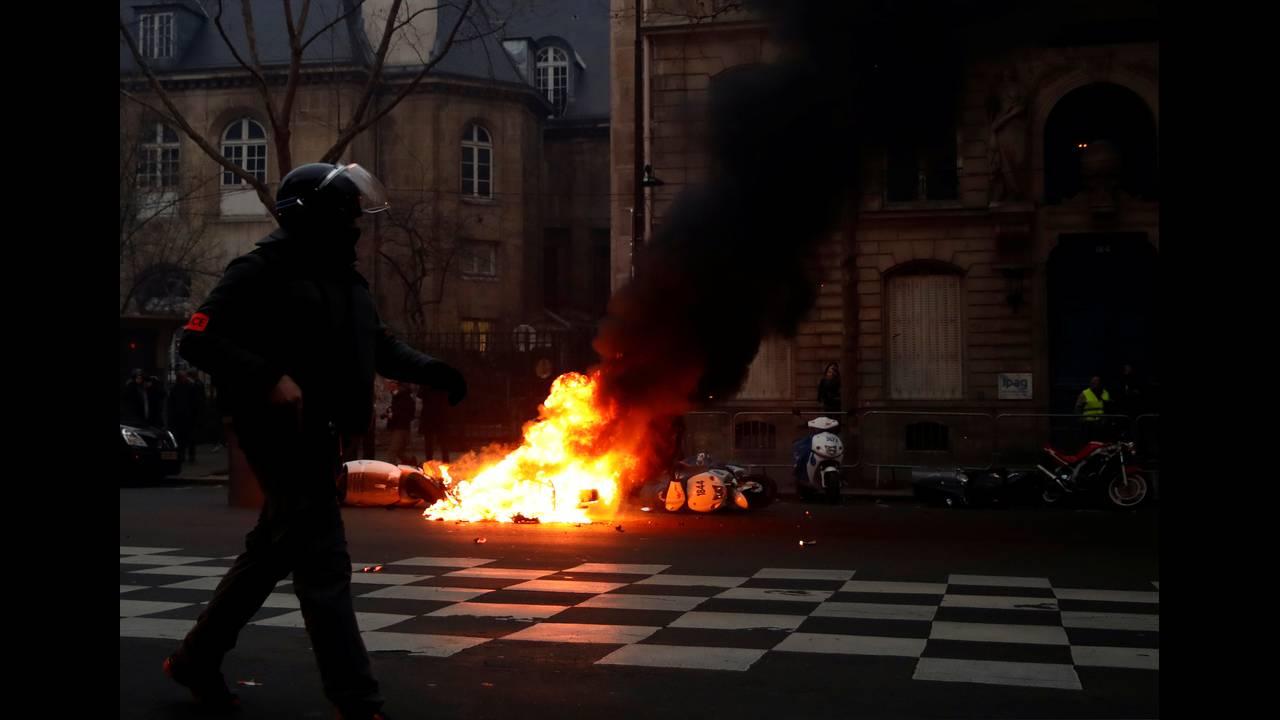 https://cdn.cnngreece.gr/media/news/2019/01/05/160760/photos/snapshot/2019-01-05T160211Z_548348227_RC1B209797F0_RTRMADP_3_FRANCE-PROTESTS.JPG
