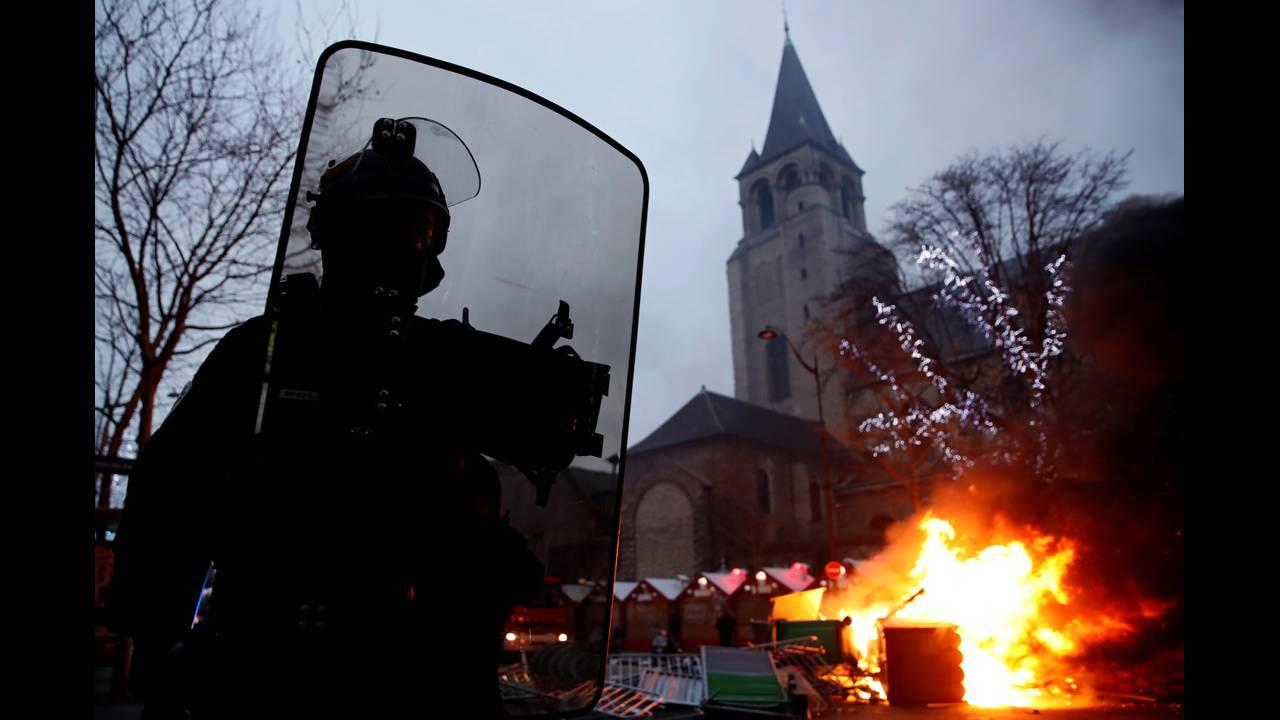 https://cdn.cnngreece.gr/media/news/2019/01/05/160760/photos/snapshot/2019-01-05T160532Z_2091212897_RC17969B7250_RTRMADP_3_FRANCE-PROTESTS.JPG