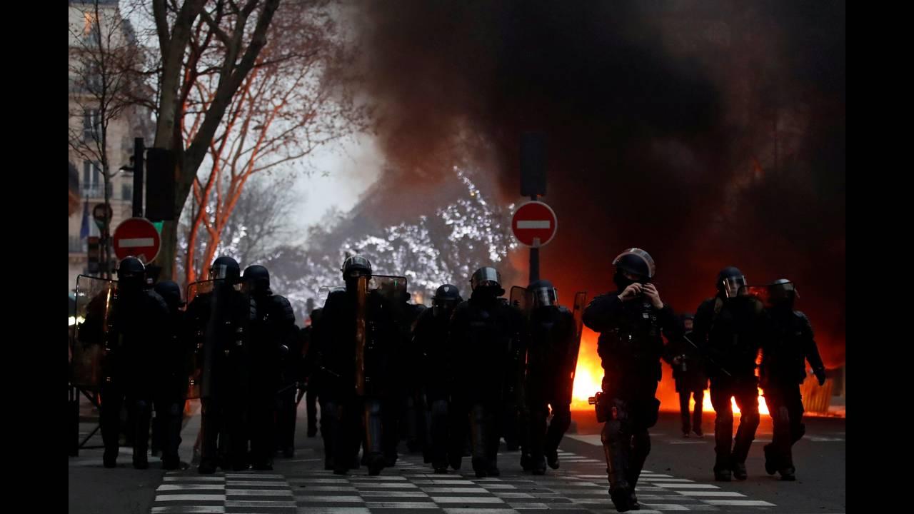 https://cdn.cnngreece.gr/media/news/2019/01/05/160760/photos/snapshot/2019-01-05T161118Z_441261214_RC1DF2D26000_RTRMADP_3_FRANCE-PROTESTS.JPG