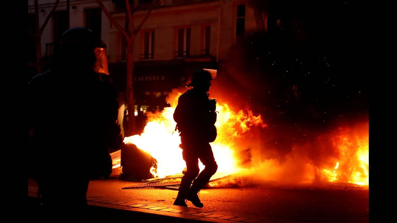 https://cdn.cnngreece.gr/media/news/2019/01/05/160760/photos/snapshot/2019-01-05T161226Z_1983943533_RC111D3EFA70_RTRMADP_3_FRANCE-PROTESTS.JPG