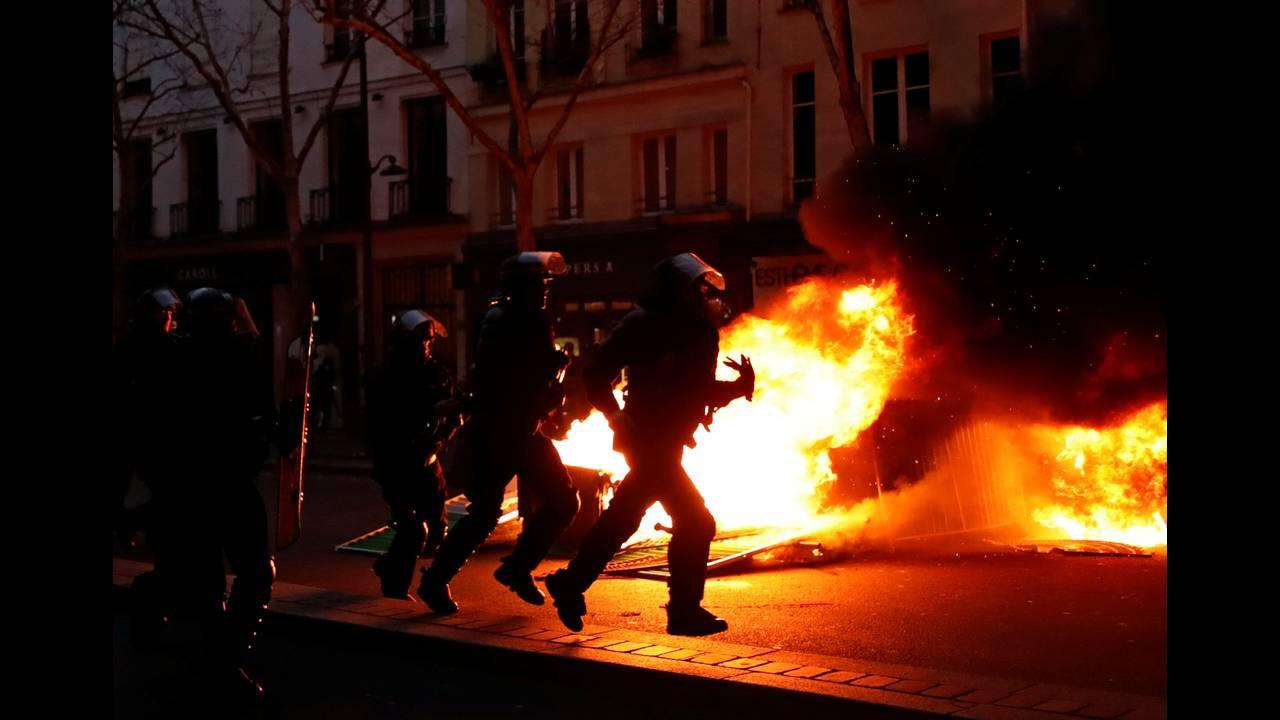 https://cdn.cnngreece.gr/media/news/2019/01/05/160760/photos/snapshot/2019-01-05T161829Z_1204017402_RC15CA557740_RTRMADP_3_FRANCE-PROTESTS.JPG