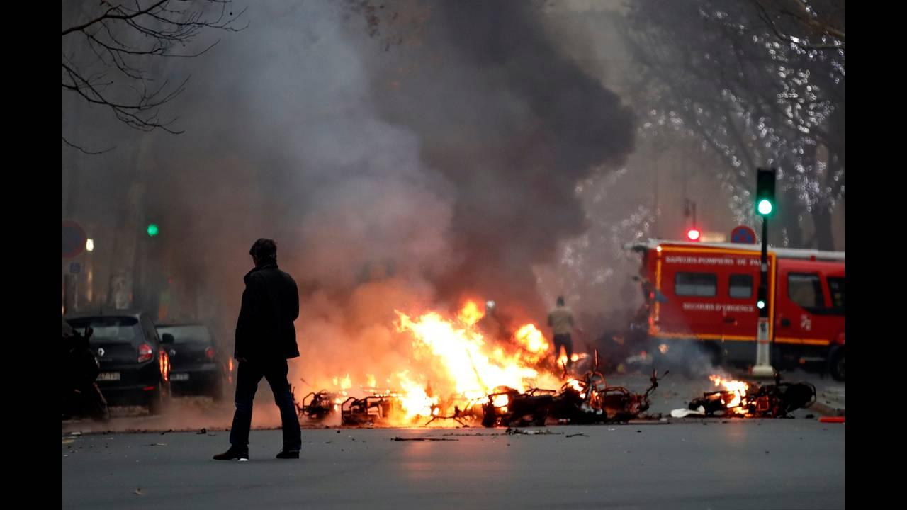 https://cdn.cnngreece.gr/media/news/2019/01/05/160760/photos/snapshot/2019-01-05T162402Z_1972130948_RC13C46A2390_RTRMADP_3_FRANCE-PROTESTS.JPG