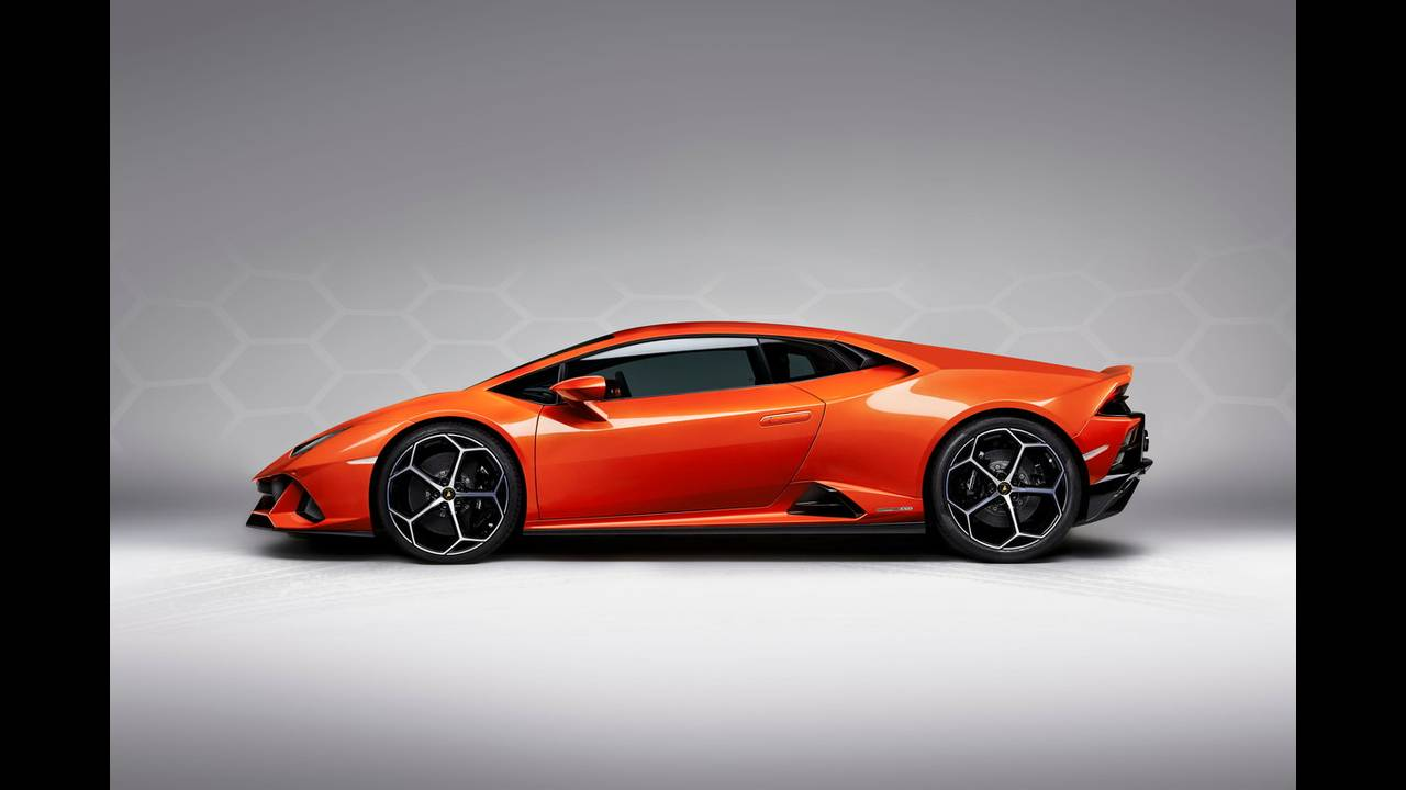 https://cdn.cnngreece.gr/media/news/2019/01/07/160951/photos/snapshot/LAMBORGHINI-HURACAN-EVO-13.jpg