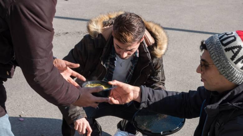 Θεσσαλονίκη: Μετανάστες διανέμουν φαγητό και κουβέρτες με… ποδήλατα παρά τις πολικές θερμοκρασίες