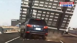 Τεράστια πινακίδα συνθλίβει κινούμενο όχημα σε αυτοκινητόδρομο της Μελβούρνης