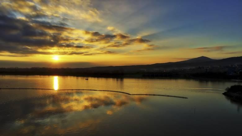 Εντυπωσιάζει η παγωμένη λίμνη Κερκίνη στις Σέρρες