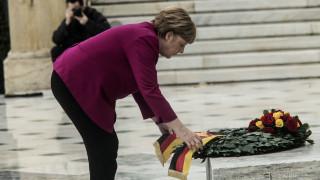 Επίσκεψη Μέρκελ: Κατάθεση στεφάνου στο Μνημείο του Άγνωστου Στρατιώτη