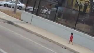Οδηγός – ηρωίδα: Έσωσε μωρό που περιφερόταν μόνο και ξυπόλητο στο δρόμο