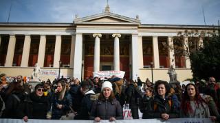 Διαμαρτυρία εκπαιδευτικών στα Προπύλαια για το νέο σύστημα διορισμών