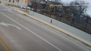 Οδηγός λεωφορείου έσωσε μωρό που περιπλανιόταν ξυπόλυτο στο κρύο