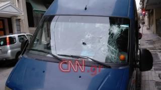 Επίθεση σε βαν της ΕΛ.ΑΣ. έξω από την ΑΣΟΕΕ: Αστυνομικός πυροβόλησε στον αέρα