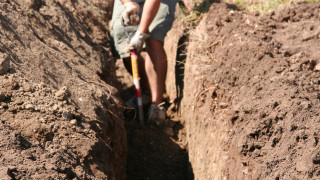 Τραγωδία: Aγρότης έσκαβε σε χωράφι και η τσάπα του χτύπησε θαμμένη ρουκέτα