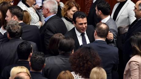 Ζάεφ και Ντιμιτρόφ πανηγυρίζουν για την υπερψήφιση της Συμφωνίας των Πρεσπών