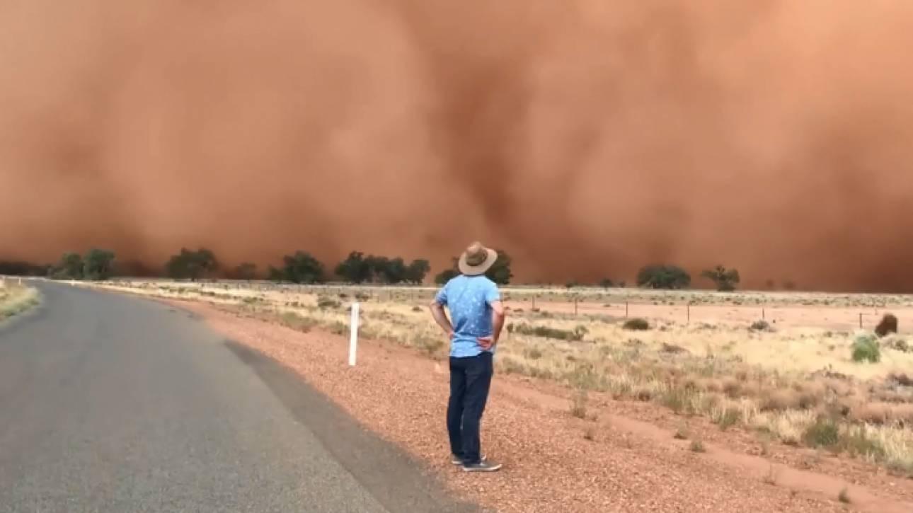 Βίντεο: Πελώριο σύννεφο σκόνης «καταπίνει» ζευγάρι στην Αυστραλία