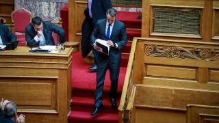 Ψήφος εμπιστοσύνης: Άγριος καυγάς Τσίπρα-Μητσοτάκη για την υπουργοποίηση Αποστολάκη