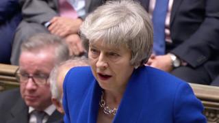 Η Μέι «βγήκε ζωντανή» από την πρόταση μομφής - Κίνδυνος για «άτακτο» Brexit