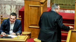 «Σαν δυo ξένοι»: Ούτε βλέμμα δεν αντάλλαξαν Τσίπρας - Καμμένος στη Βουλή
