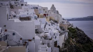 Προειδοποίηση της Ε.Ε.: Οι τουρίστες απειλούν τη Σαντορίνη