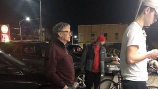 Viral η φωτογραφία του Μπιλ Γκέιτς που περιμένει σε ουρά για ένα μπέργκερ