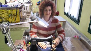 Τρίκαλα: Η γυναίκα που «ταξιδεύει» τις ελληνικές παραδοσιακές στολές σε όλο τον κόσμο