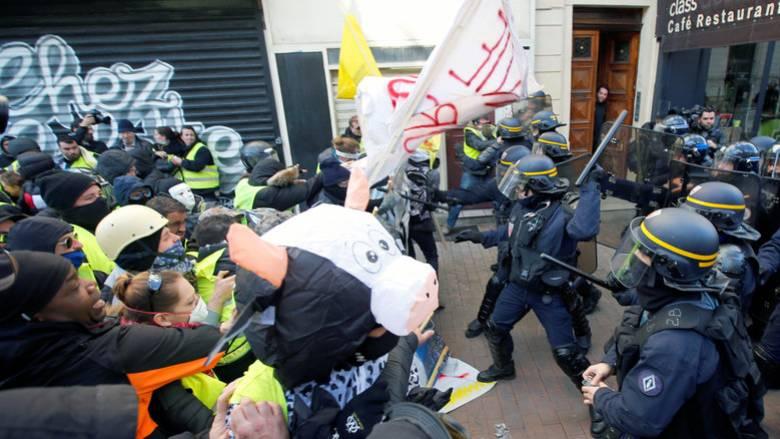 «Κίτρινα γιλέκα»: Άγριες συγκρούσεις διαδηλωτών με την αστυνομία στη Γαλλία