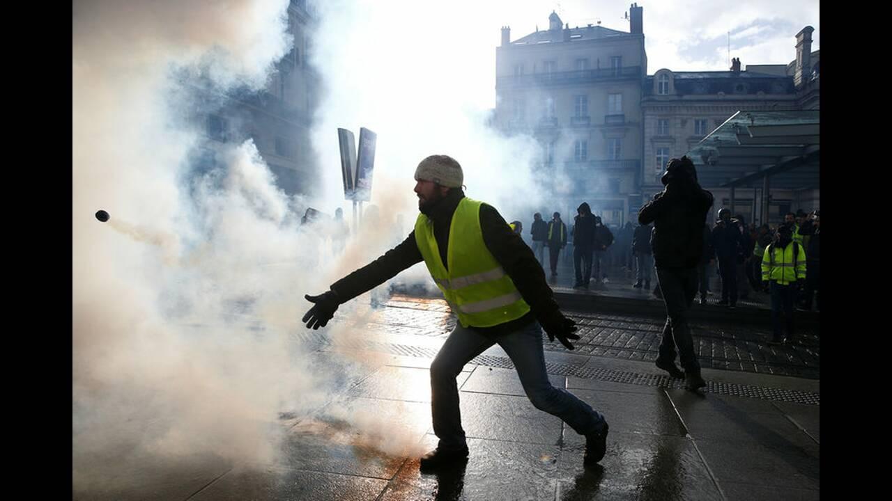 https://cdn.cnngreece.gr/media/news/2019/01/19/162502/photos/snapshot/2019-01-19T143330Z_1634866068_RC154E135480_RTRMADP_3_FRANCE-PROTESTS.jpg